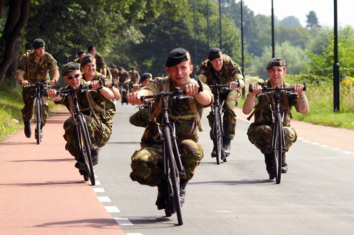 ทหารดัชท์ขณะปั่นจักรยานกลับค่าย